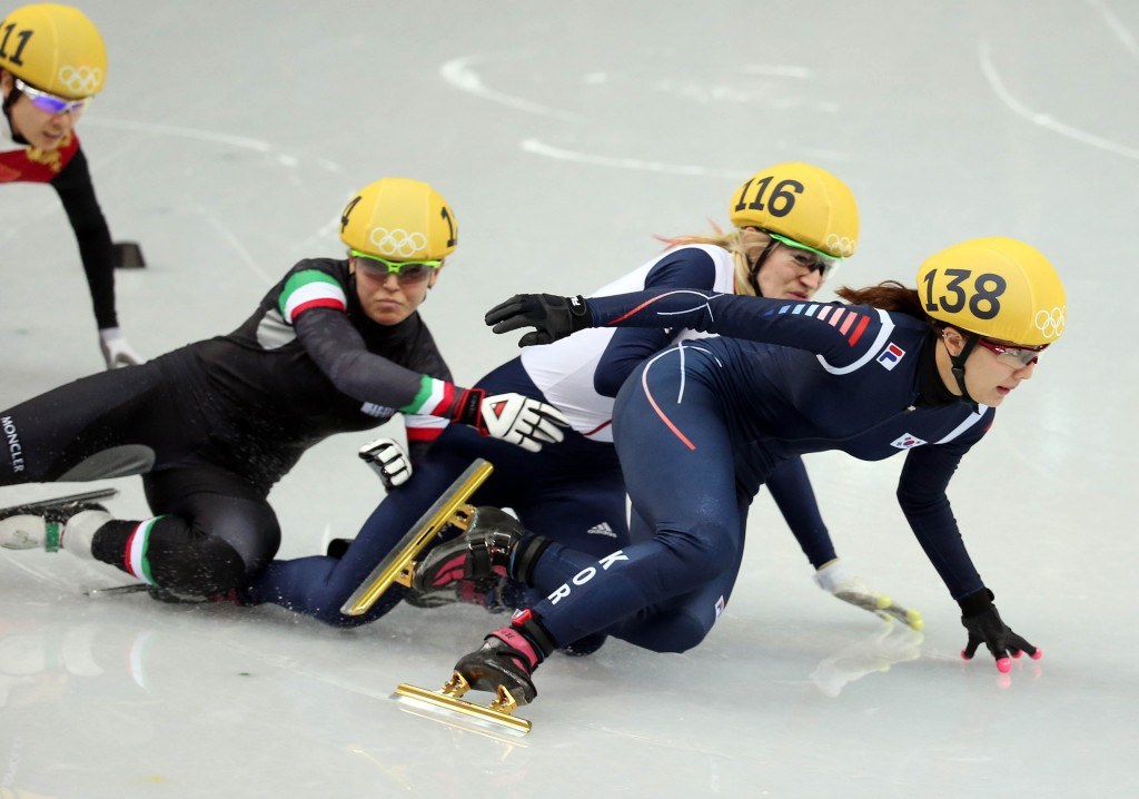 Korea's Park Seung-hi, right, had the lead when she was pushed from behind. Britain's Elise Christie was placed last for causing the crash. (Yonhap)