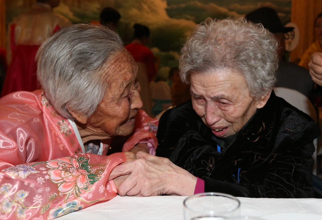 Lee Young-shil, 86, right, from South Korea, cannot hold back her tears as she finally got to meet her younger sister Lee Jung-shil, 83, who lives in North Korea. (Yonhap)