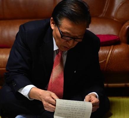 Jang Sa-in, 74, reads a letter from his brother who died in North Korea last year, at his Sadang-dong home in southern Seoul, Thursday. (Korea Times photo by Shim Hyun-chul)
