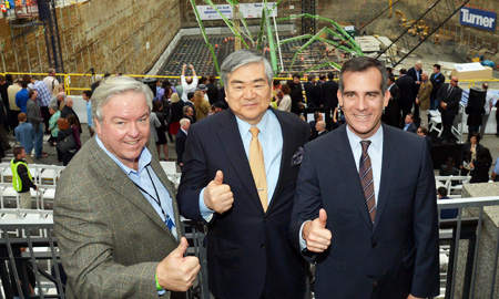 Hanjin Group Chairman Cho Yang-ho, center, poses with Los Angeles Mayor Eric Garcetti and AC Martin CEO Christopher Martin during an event marking the pouring of concrete to build The Wilshire Grand Hotel in that city, Saturday ( Courtesy of Hanjin Group)