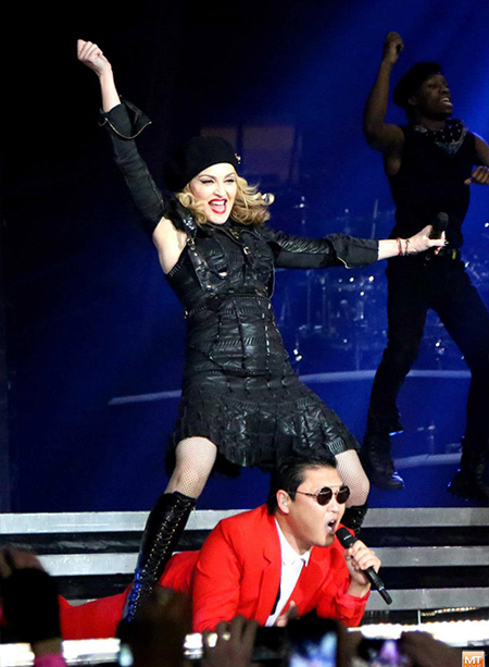 K-pop star Psy performs in collaboration with American pop diva Madonna during her concert at New York City's Madison Square Garden in this photo taken in November 2012. A growing number of K-pop stars are invited to open or grace concerts of world-class musicians in the United States.  (Korea Times file)