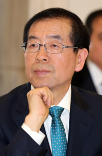 """Urban planning should be done with the mindset that we are determining the city's fabric for 100 years to come,'' Seoul Mayor Park Won-soon said. (Yonhap)"