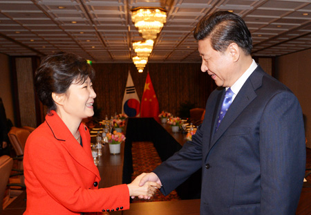 President Park Geun-hye shakes hands with Chinese President Xi Jinping after a summit at The Hague, the Netherlands, Sunday. On the sidelines of the biennial Nuclear Security Summit, the two leaders discussed North Korea as well as economic cooperation. (Yonhap)
