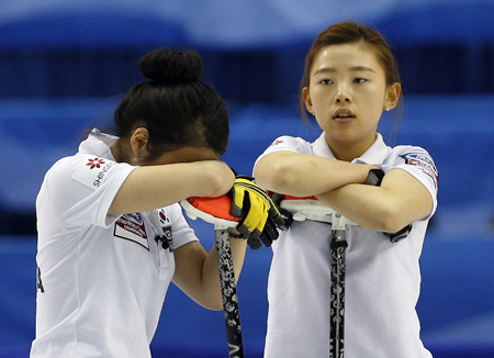 Korea's leads Um Min-ji, left, and Lee Suel-bee react after their teammate's shot missed a target during their bronze medal game against Russia at the World Women's Curling Championships in Saint John, New Brunswick, last Sunday. (Yonhap)