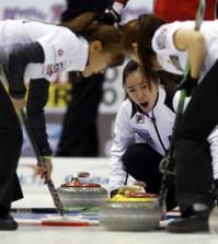 Korea's skip Kim Ji-sun, center, yells instructions to teammates during a game against Switzerland at the World Women's Curling Championships in Saint John, New Brunswick, Canada, Wednesday (KST). (Reuters-Yonhap)
