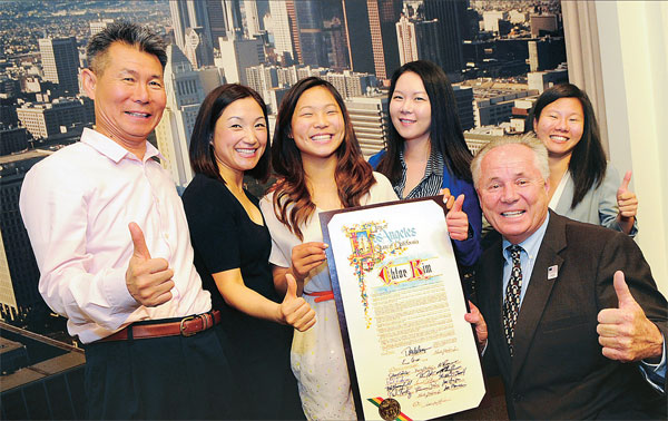 Chloe Kim and her family were all smiles as she received a commemorative certificate from LA Councilman Tom Labonge. (Park Sang-hyuk)