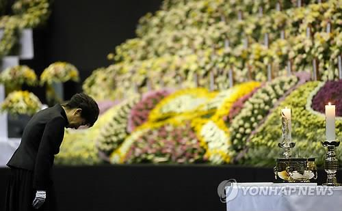 President Park Geun-hye bows her head before a mourning altar for victims in the sinking of the ferry Sewol on April 29, 2014. (Yonhap)