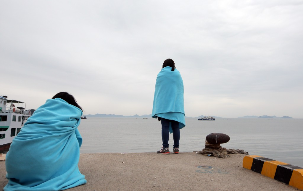 The nation was hoping against hope Thursday that more survivors from the sunken ferry Sewol would be found. They can only wait. (Yonhap)