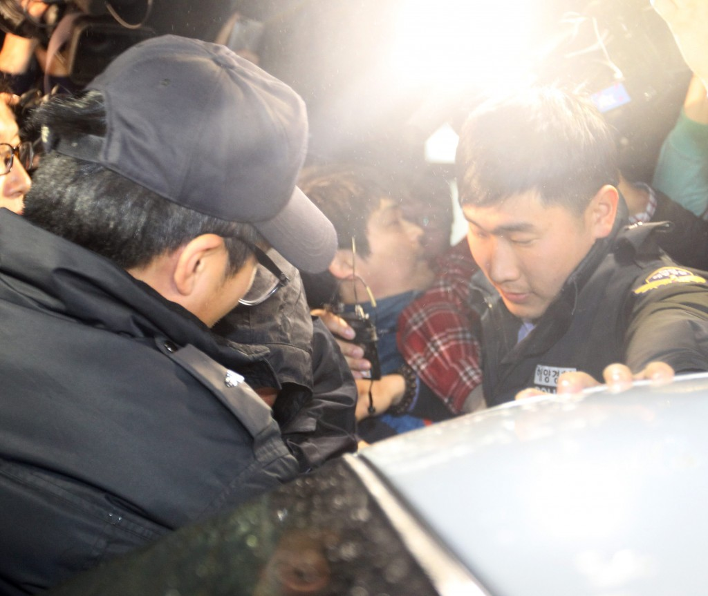 Lee Joon-seok, middle, the captain of the ferry Sewol that capsized off the southwest coast on Wednesday morning, went under questioning at the Mokpo Coast Guard Station in South Jeolla Province, Thursday. Lee, who was among the first to be rescued, said he was not sure about the cause of the sinking. (Yonhap)