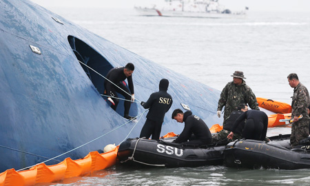 Members of the Navy's ship salvage unit (SSU) search Thursday for missing passengers who were on a ferry that sank off the southwestern coast Wednesday morning. Five hundred and fifty-five Navy, Coast Guard and civilian divers and support personnel are on the scene. / Yonhap