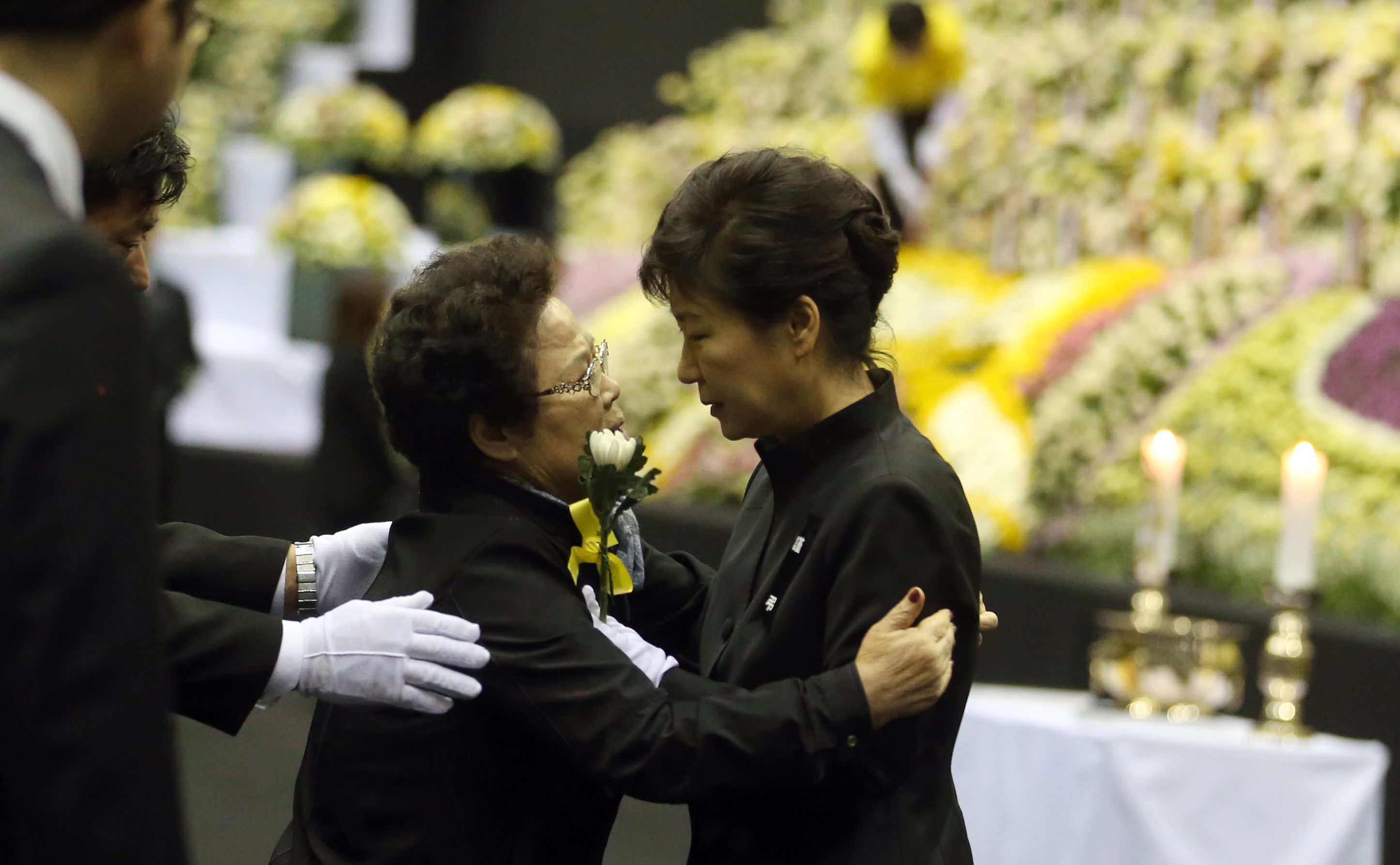 South Korean President Park Geun-hye, right, comforts a mourner as she pays tribute to the victims of the sunken ferry Sewol at a group memorial altar in Ansan, south of Seoul, South Korea, Tuesday, April 29, 2014.  (Yonhap)