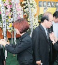 Korean American community leaders put on black ribbons at the memorial service set up inside the Korean American Federation of L.A. Center Thursday. / Park Sang-hyuk, The Korea Times