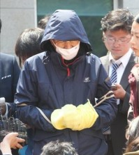 A 57-year-old first engineer, only identified as his surname Sohn, answers questions from reporters at a court in Mokpo in southwestern South Korea on April 24, 2014. He is facing charges of causing the deaths of passengers through abandonment. (Yonhap)