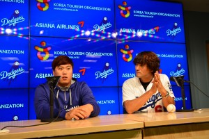 Ryu and Park at a pre-game press conference at Korean Night. (The Korea Times)