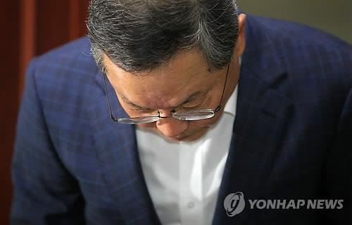 Ahn Dai-hee bows after announcing the withdrawal of his nomination for the post of prime minister.  (Yonhap)