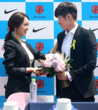 Park also announced that he will tie the knot with a former local television personality, Kim Min-ji, left,  on July 27. (Yonhap)