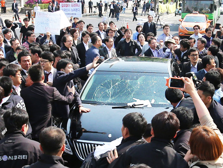 A sedan carrying KBS President Gil Hwang-young is surrounded by unionists and security guards at the state-run broadcaster's headquarters in Yeouido, Monday. Union members blocked Gil, who they claim is a government stooge, from going to the office, and demanded his resignation. The vehicle's windshield was cracked during the physical confrontation between KBS security guards and union members. (Yonhap)