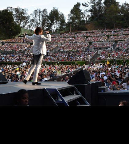 Jung Dong-ha excites the crowd at Hollywood Bowl. (Korea Times file)