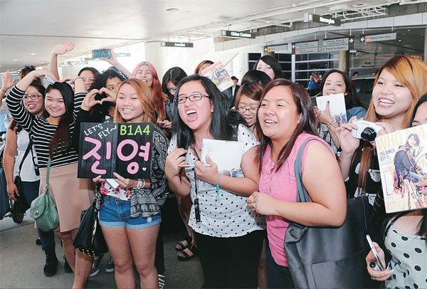 Fans wait for KTMF stars to arrive at LAX on May 1. / Park Sang-hyuk, The Korea Times
