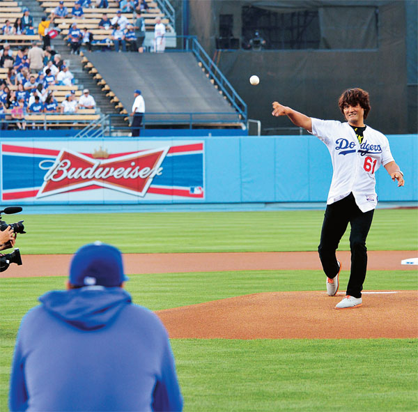 Park Chan-ho throws the first pitch as Ryu Hyun-jin catches during Korean Night at Dodger Stadium Tuesday. (The Korea Times/Kim Young-jae)