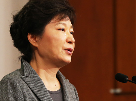 President Park Geun-hye sheds tears towards the end of her televised speech from Cheong Wa Dae, Monday, while naming those who performed heroic acts in the April 16 Sewol ferry sinking.  (Korea Times)