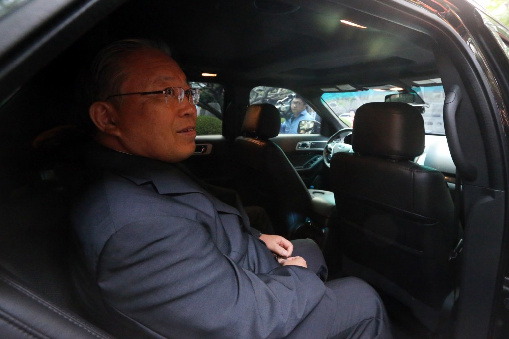 Cardinal Yeom get in the car as he leaves for the industrial complex in the North's western border city of Kaesong. (Yonhap)