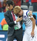 Korea coach Hong Myung-bo embraces a sobbing Son Heung-min after Korea's 1-0 loss to Belgium in their Group H match in Sao Paulo. The loss eliminated Korea from the World Cup. (Yonhap)