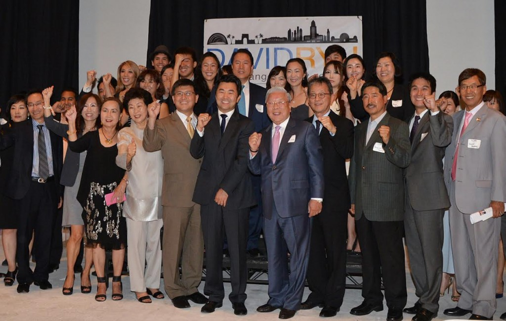 David Ryu, sixth from the left, poses with Bright World Foundation Chairman Hong Myung-ki and Korea Times President Chang Jae-min at a fundraiser Friday.