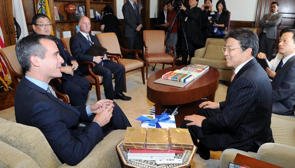 L.A. Mayor Eric Garcetti and Korean Consul General Kim Hyun-myung hold their first official meeting Wednesday. (Park Sang-hyuk/The Korea Times)