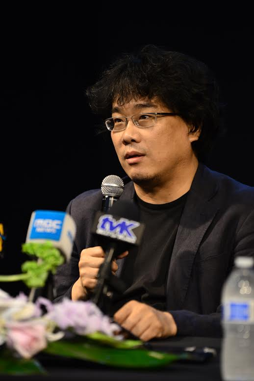 """Bong speaks during the """"Snowpiercer"""" press conference at the KCCLA. (Kim Young-jae / The Korea Times)"""