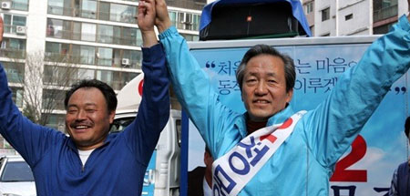 Singer and football super-fan Kim Heung-guk has been vocal about his support of Chung Mong-joon, the former FIFA vice president who is representing the ruling Saenuri Party in the Seoul mayoral race.