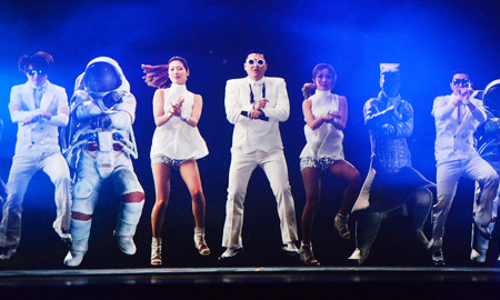 Holograms of singer Psy and dancers are screened at the Klive concert hall in Euljiro, Seoul, Jan. 16, which is capable of projecting holographic content. The venue and the concert have been co-arranged by the Ministry of Science, ICT and Future Planning, KT and YG Entertainment. (Courtesy of KT)