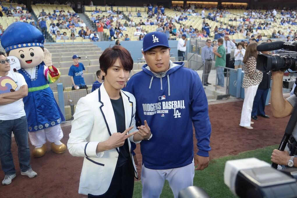 Jung Yonghwa and Ryu Hyun-jin pose together at Korea Night. (Photo from L.A. Dodgers Official Twitter)