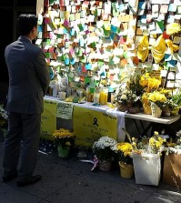 A man stands at the Sewol memorial in front of the Korean Consul General in Los Angeles before its removal. (Newsis)