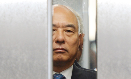 The face of troubled Prime Minister nominee Moon Chang-keuk is seen between closing elevator doors on his way to his office at an annex of the Central Government Complex in downtown Seoul, Tuesday. (Yonhap)