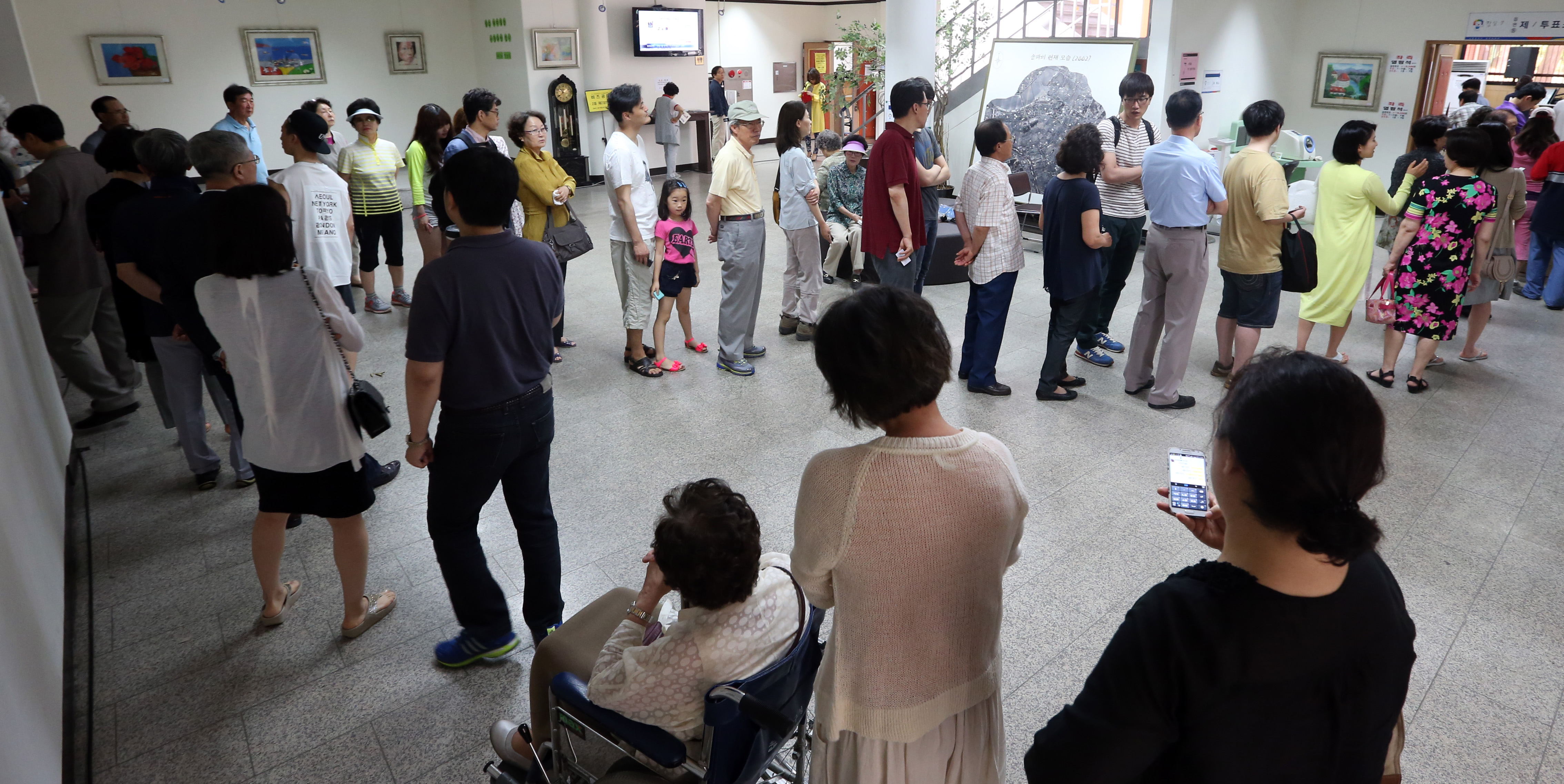 More than 23.4 million out of over 41.2 million eligible voters went to polling stations across South Korea, according to the National Election Commission . (Yonhap)