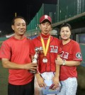 Park Hyo-joon, center,  has signed with the New York Yankees. Park Dong-hoon, left,  father of the 18-year-old player, said on July 3, 2014, the shortstop signed for US$1.16 million, and the Major League Baseball club also agreed to provide an interpreter and a trainer.  He becomes the second South Korean to join the Yankees after the retired pitcher Park Chan-ho, who wore the pinstripes in 2010. (Yonhap)