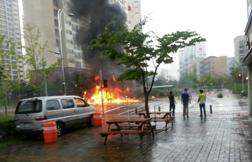A firefighting helicopter crashed into a residential area of South Korea's southern city of Gwangju on Thursday,   (Yonhap)
