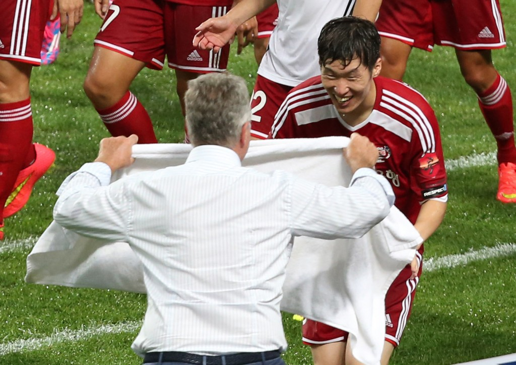 Park runs toward the bench and embraced his head coach for the night, Guus Hiddink. (Yonhap)