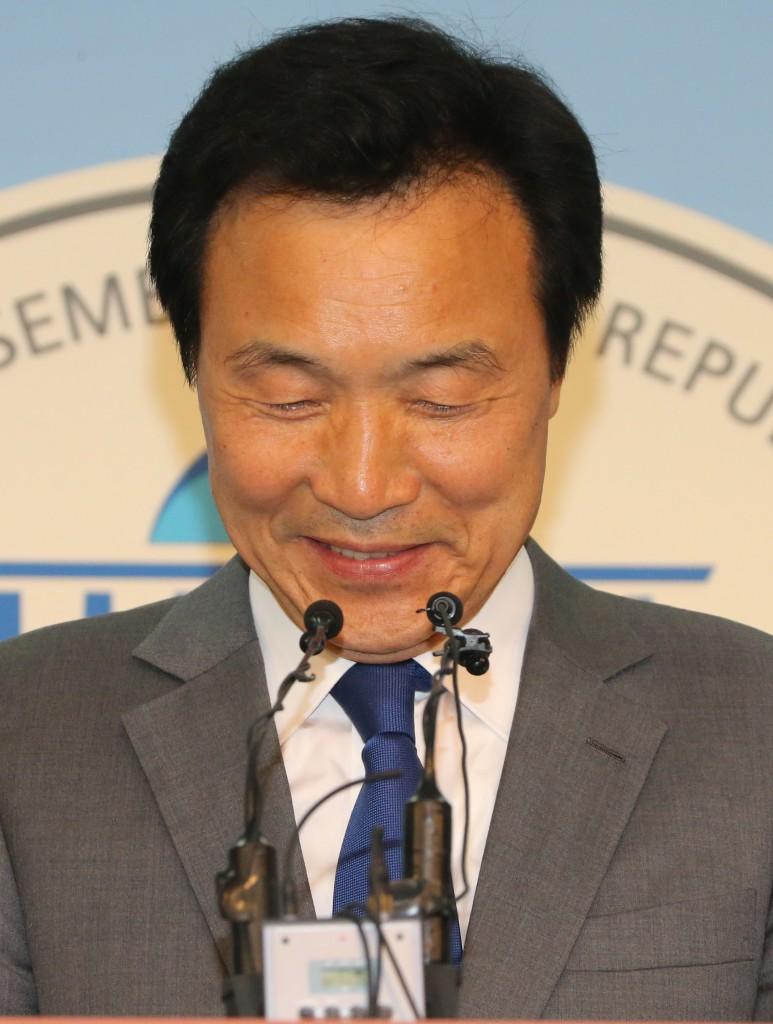 Sohn announces his retirement from politics. (Yonhap)