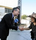 Mayor Eric Garcetti shakes the hand of a woman at the Wilshire/Western metro station in Koreatown. (Park Sang-hyuk / The Korea Times)
