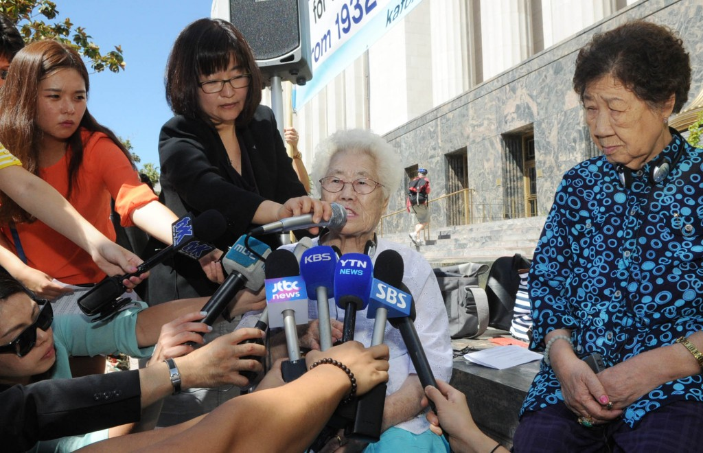Lee Ok-seon, left, and Kang Il-chul in front of the federal court in downtown Los Angeles on Tuesday. (Park Sang-hyuk/The Korea Times)