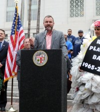 Heal the Bay CEO Ruskin Hartley speaks at a press conference on L.A.'s plastic bag ban at city hall Monday. (Park Sang-hyuk / The Korea Times)