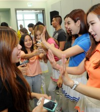 K-pop girl group Crayon Pop held a fan meeting at Los Angeles Convention Center on Tuesday. (Park Sang-hyuk/The Korea Times)