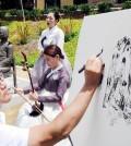 "Artist Kim Jung-ki illustrates comfort women while two members of the Sooncheon performing arts company perform ""Bong Seon-hwa"" and ""Arirang."" (Park Sang-hyuk/The Korea Times)"