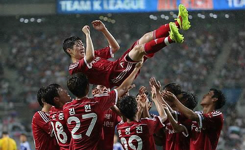 Teammates throw Park Ji-sung, a retiring South Korean football star, in air in celebration during the K League Classic All-Star Game in Seoul on July 25, 2014. (Yonhap)