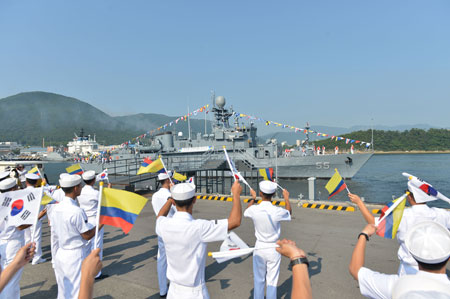Sailors wave Korean and Colombian flags at a naval base in Jinhae, South Gyeongsang Province, Wednesday, during an event to commemorate the handover of the decommissioned patrol combat corvette Anyang to the Colombian Navy. (Courtesy of Navy)