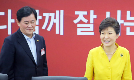 President Park Geun-hye and Finance Minister Choi Kyung-hwan enter the Sejong Government Complex to attend a meeting of ministers to discuss the necessary steps to revive the economy, Thursday. (Yonhap)