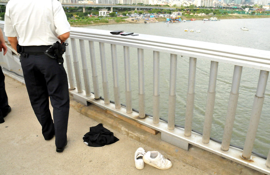 On July 11, 2014, two high school girls almost simultaneously attempting to jump off the Mapo Bridge were rescued by police. (Newsis)