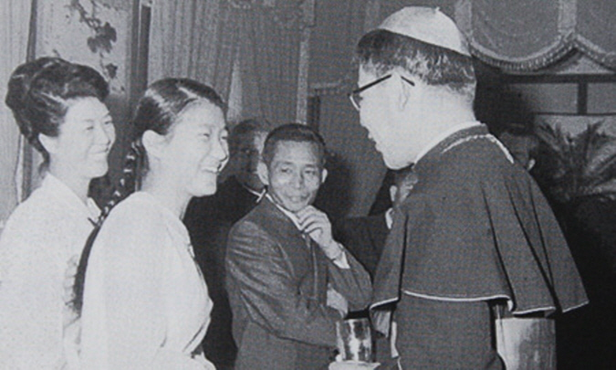 President Park Geun-hye, second from left, greets the late Cardinal Stephen Kim Sou-hwan during a meeting in 1969 at Cheong Wa Dae. Her parents Yuk Young-soo, left, and former President Park Chung-hee, third from right, look on with a smile. (Korea Times file)